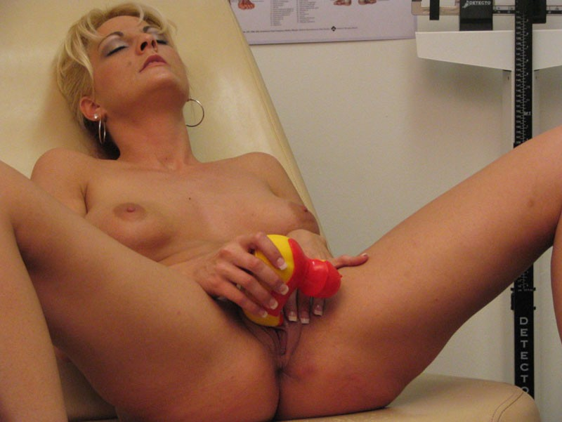 blond toying herself and it feels so good